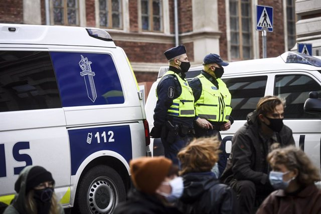 Archivo - 18 November 2020, Finland, Helsinki: Police stand guard during a sit-in protest called by the Extinction Rebellion movment outside the Ministry of Agriculture and Forestry. Photo: Emmi Korhonen/Lehtikuva/dpa
