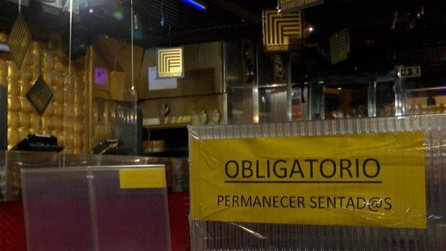 Archivo - Cartel instalado durante las restricciones en un local de ocio de València