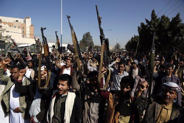Archivo - Combatientes huthis protestan en Saná