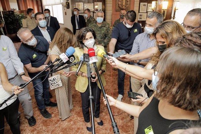La ministra de Defensa, Margarita Robles, ofereix declaracions als mitjans durant la seua visita al comandament d'Operacions Especials en el barri de Rabasa, a 27 de setembre de 2021, a Alacant, Comunitat Valenciana (Espanya).