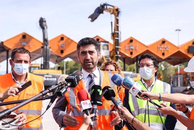 El vicepresident del Govern, Jordi Puigneró, durant la seva visita a les obres de desmantellament del peatge de la C-33 a Mollet del Vallès (Barcelona)