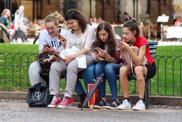 Adolescentes usando el smartphone