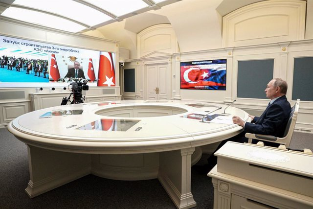 Archivo - HANDOUT - 10 March 2021, Russia, Moscow: Russian President Vladimir Putin (R) speaks with Turkish President Recep Tayyip Erdogan via videoconference during which they remotely inaugurate the construction of a third nuclear reactor of the Akkuyu