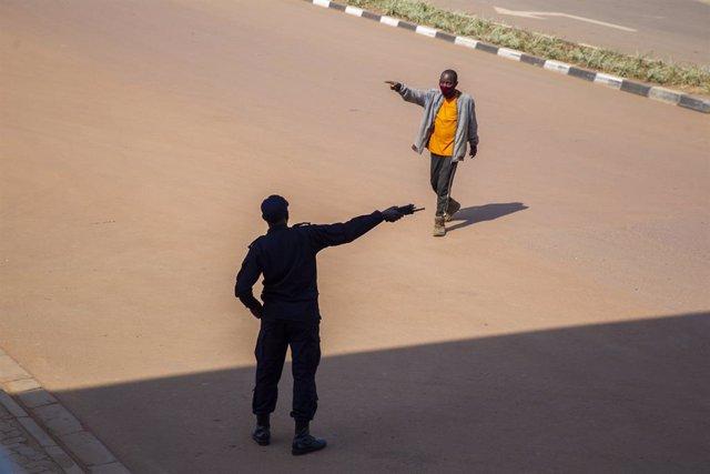 Un policía da indicaciones a un ciudadano.