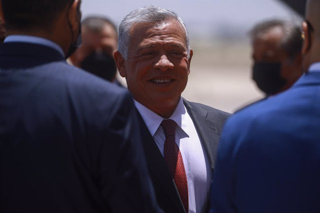 Archivo - 27 June 2021, Iraq, Baghdad: King Abdullah II of Jordan (C) arrives at Baghdad International Airport for an official visit, to participate in the Iraqi-Egyptian-Jordanian tripartite summit. Photo: Ameer Al Mohmmedaw/dpa