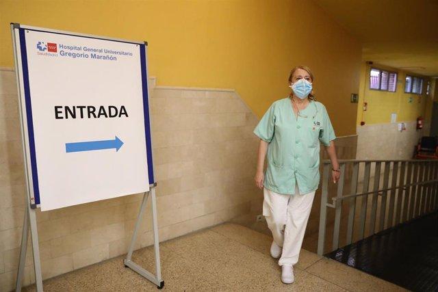 Archivo - Una sanitaria en el dispositivo puesto en marcha para vacunar contra el coronavirus en las instalaciones del Hospital General Universitario Gregorio Marañón