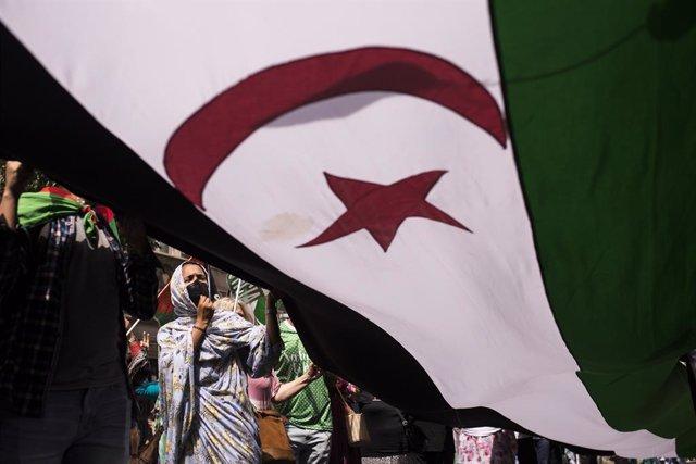 Archivo - La bandera de la República Árabe Saharaui Democrática, durante una manifestación por la libertad del Pueblo Saharaui, en la Gran Vía, a 19 de junio de 2021, en Madrid (España). La protesta comenzará en la Plaza de España y llegará hasta la Puert