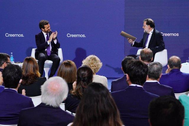 El líder del PP, Pablo Casado (i), y el expresidente Rajoy, intervienen en la Convención Nacional del PP celebrada en Santiago de Compostela, a 27 de septiembre de 2021, en Santiago de Compostela, Galicia, (España).