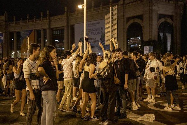 Grupos de personas se concentran en la vía pública durante el primer día de las fiestas de la Mercè, a 24 de septiembre de 2021, en Barcelona, Cataluña (España). Los establecimientos de ocio nocturno podrán desarrollar su actividad hasta las tres de la ma