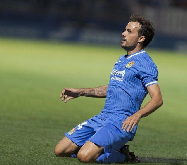 Pedro León celebra uno de sus goles en el Fuenlabrada-Cartagena de LaLiga SmartBank 2021-2022