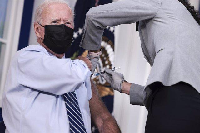 El presidente de Estados Unidos, Joe Biden, recibe la tercera dosis de la vacuna de Pfizer