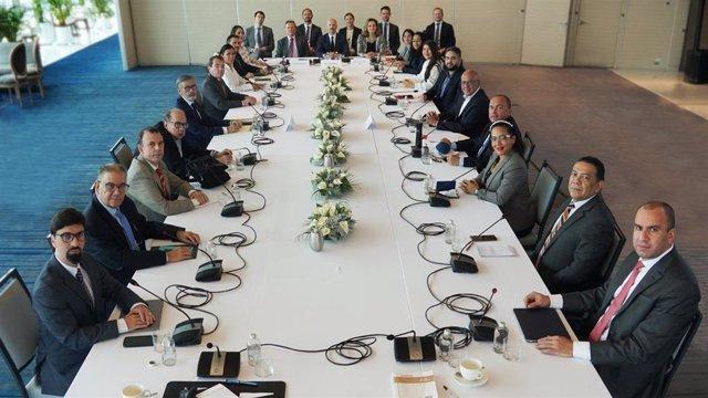 Primera foto oficial de la mesa de negociación entre el Gobierno y la oposición de Venezuela en México