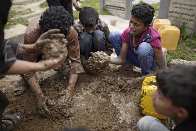 Archivo - 24 May 2019, Yemen, Sanaa: Yemeni people bury the bodies of the victims who were killed in an air strike allegedly carried out by the Saudi-led coalition. Photo: Hani Al-Ansi/dpa