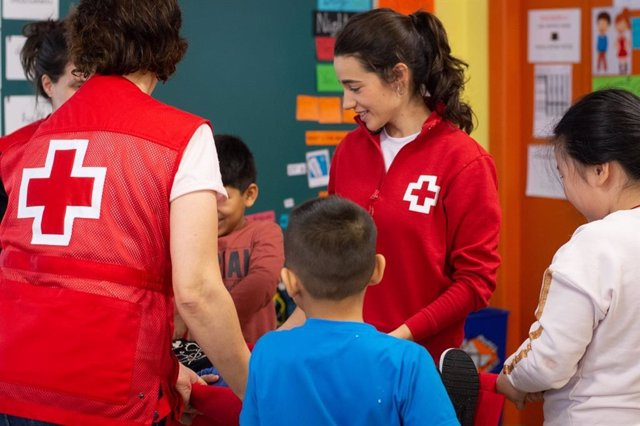 Archivo - Personal de Cruz Roja en un colegio