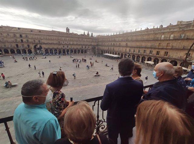 El alcalde de Salamanca muestra la Plaza Mayor desde el balcón del Ayuntamiento