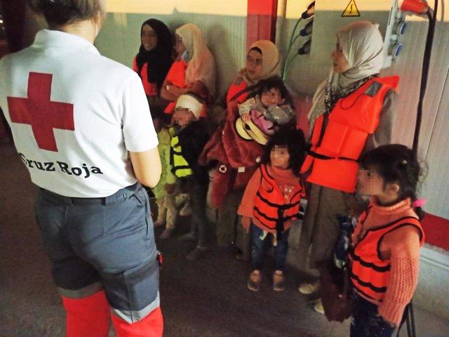 Varias de las mujeres y los menores llegados esta madrugada en patera a las costas de Alicante