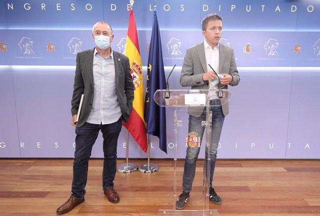 El diputat de Compromís en el Congrés, Joan Baldoví i el líder de Més País, Íñigo Errejón, en una roda anterior a la celebració de la Junta de Portaveus en el Congrés dels Diputats, a 14 de setembre, a Madrid (Espanya).