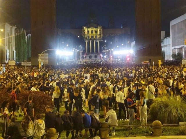 Arxiu - Milers de joves en una botellada a l'avinguda Maria Cristina de Barcelona
