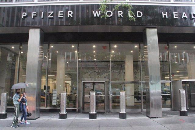 Archivo - 23 August 2021, US, New York: People walk outside Pfizer's headquarters.
