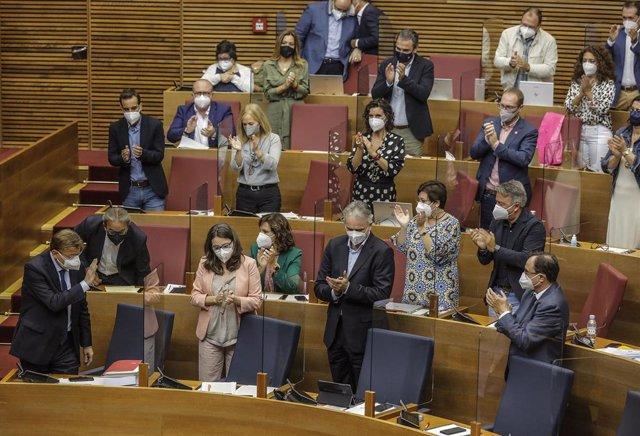 El 'president' de la Generalitat, Ximo Puig (1i), saluda durante un pleno de Les Corts