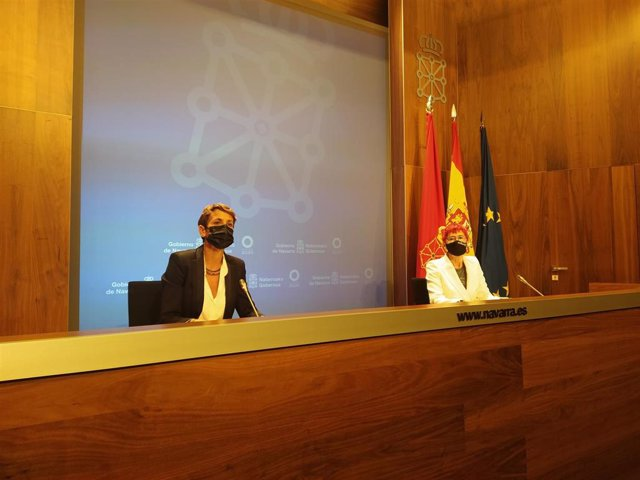 La presidenta del Gobierno de Navarra, María Chivite (i), y la consejera de Salud, Santos Induráin, en una rueda de prensa para anunciar flexibilización de medidas frente al Covid-19.