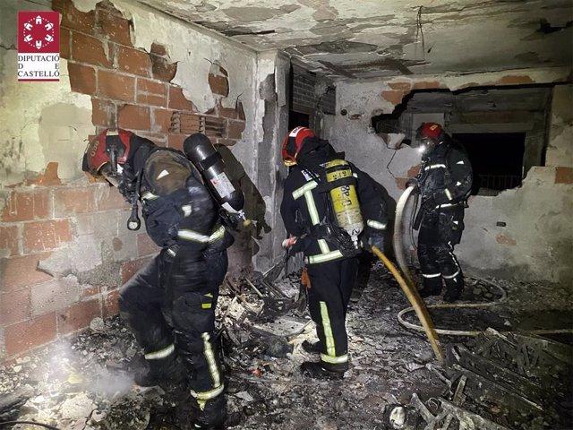 Tasques d'extinció de l'incendi d'una vivenda a Benicàssim