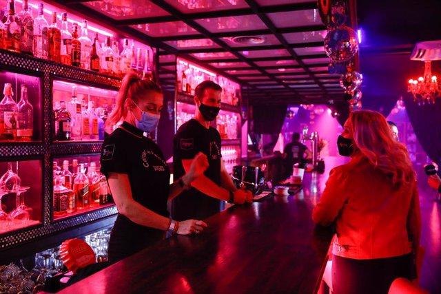 Archivo - Arxiu - Algunes persones en un bar musical