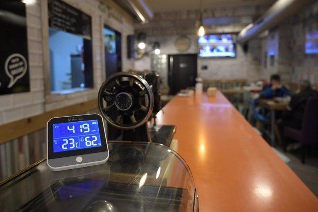 Una barra de un bar en una imagen de archivo.