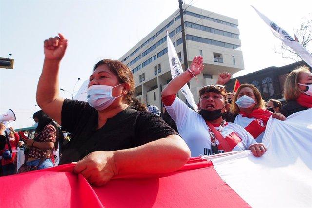 Manifestación en Lima, la capital de Perú, contra el primer ministro, Guido Bellido, por las acusaciones de una preunta agresión verbal a la congresista Patricia Chirinos.