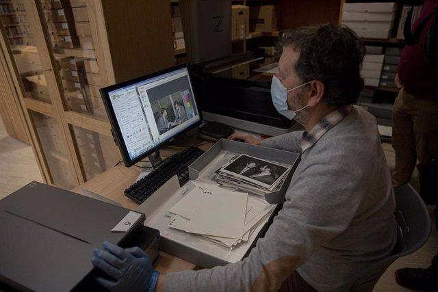 Archivo - Personal del archivo durante la digitalización del archivo del que fue uno de los padres del Estatuto de Andalucía. En el Museo de la Autonomía (Coria del Río, Sevilla, Andalucía, España), a 10 de febrero de 2021. (Foto de archivo).