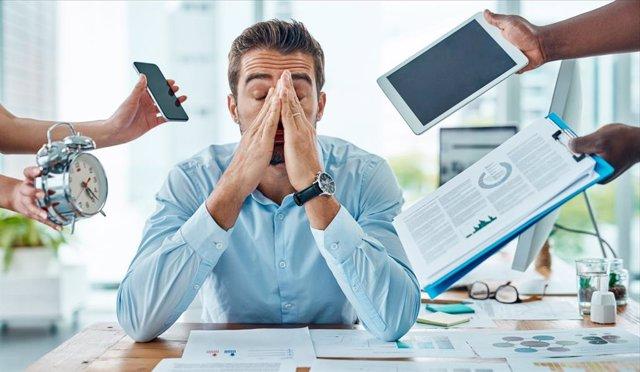 Archivo - Hombre estresado por el trabajo.