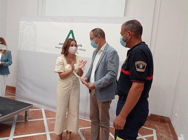 La delegada de la Junta en Málaga, Patricia Navarro, entrega a 21 municipios sus planes de emergencia homologados