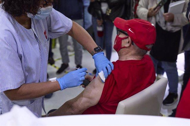 Una sanitaria vacuna a un hombre, en la Residencia de Mayores Vista Alegre