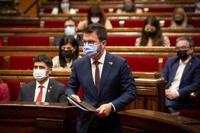 El vicepresident de la Generalitat, Jordi Puigneró (e), i el president de la Generalitat, Pere Aragonès (d), en el debat de política general