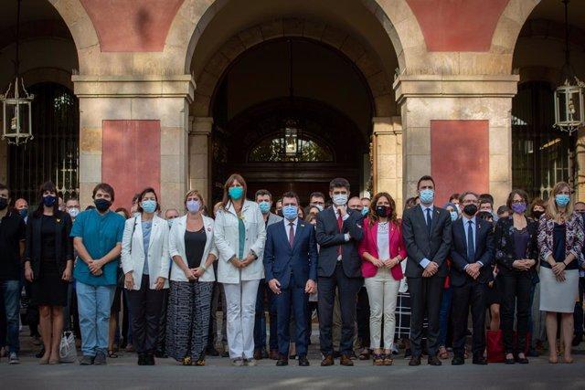 El president de la Generalitat, Pere Aragonès, la presidenta del Parlament, Laura Borràs, membres del Govern i tots els grups parlamentaris guarden un minut de silenci en record de les tres últimes víctimes de la violència masclista a Catalunya