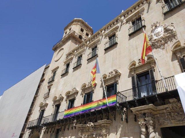 Archivo - Arxiu - Façana de l'Ajuntament d'Alacant amb la bandera de l'orgull