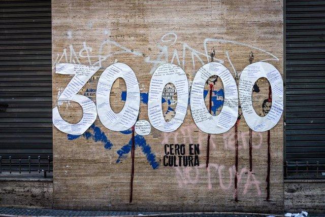 Archivo - Imagen conmemorativa de las 30.000 víctimas que se calcula dejó la dictadura en Argentina.
