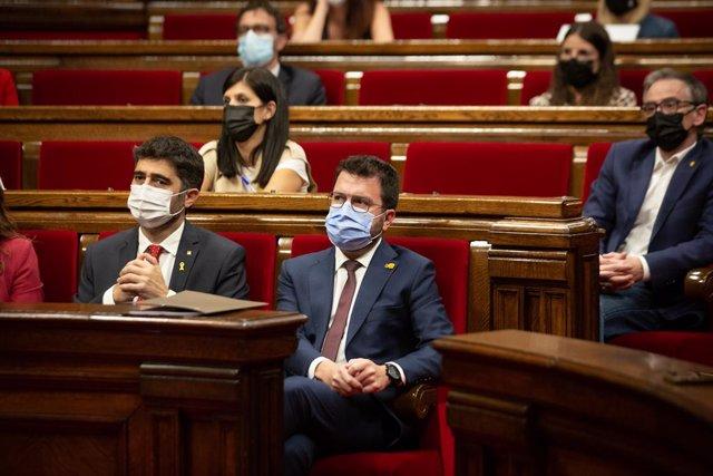 El vicepresident de la Generalitat, Jordi Puigneró (e), i el president del Govern, Pere Aragonès (d), en el debat de política general