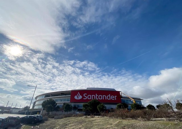 Archivo - Uno de los edificios de la Ciudad Financiera del Grupo Santander cerca de la localidad madrileña de Boadilla del Monte