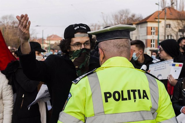 Archivo - 20 March 2021, Romania, Timisoara: A man confronts a police officer during a protest against Coronavirus measures. Photo: Cornel Putan/ZUMA Wire/dpa