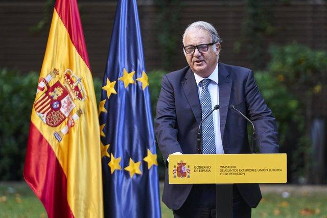 El embajador de España en Kabul, Gabriel Ferrán, interviene en el acto de condecoración a los empleados del Ministerio que colaboraron en el dispositivo de evacuación en Afganistán, en el Palacio de Viana