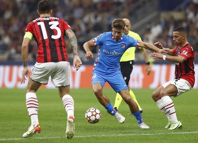 Marcos Llorente intenta conducir la pelota en el Milan-Atlético de Madrid de la Liga de Campeones 2021-2022