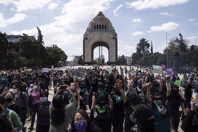 Archivo - Marcha feminista en favor del aborto en Ciudad de México, en 2020
