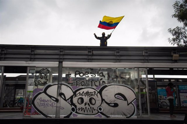 Archivo - Un manifestante ondea la bandera de Colombia en las marchas del Paro Nacional.