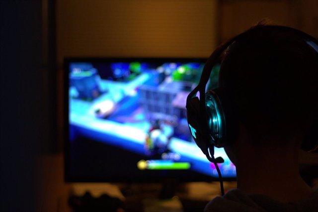 Persona jugando a un videojuego.