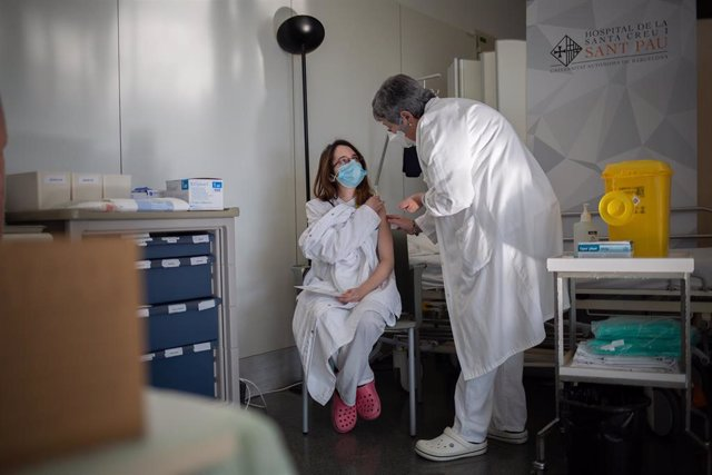 Archivo - Una enfermera vacuna a un profesional sanitario con la vacuna de Pfizer-BioNtech contra el COVID-19 en el Hospital de la Santa Creu i Sant Pau de Barcelona, Catalunya (España), a 14 de enero de 2021