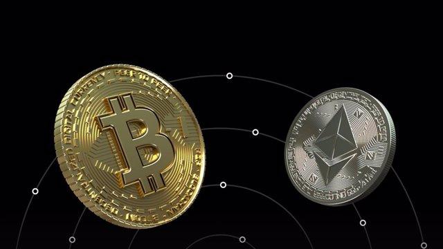 Archivo - Representación de bitcoin y ethereum.