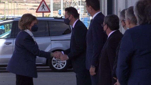 La Reina doña Sofía saluda al alcalde de Burgos al llegar al Banco de Alimentos.
