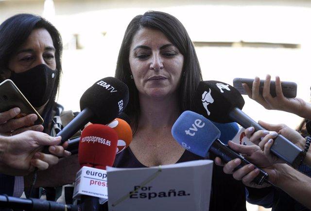 La portavoz adjunta de Vox en el Congreso, Macarena Olona, atiende a los medios de comunicación en el Tribunal Constitucional, a 29 de septiembre de 2021, en Madrid, (España). Durante su intervención ha interpuesto un recurso contra la Ley 2/2021, de Eusk