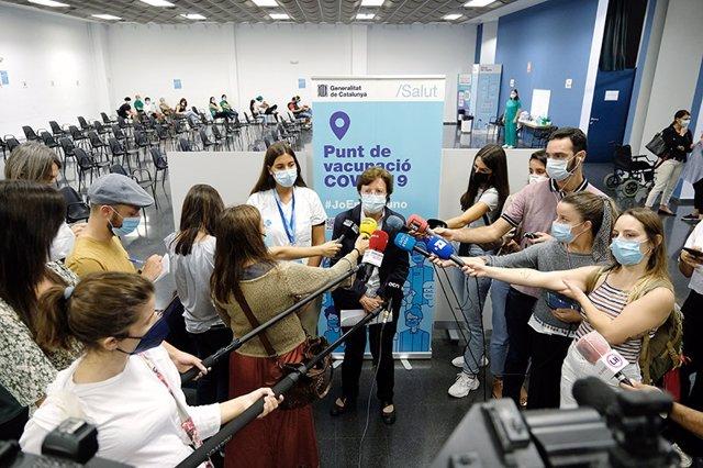 La secretària de Salut Pública, Carmen Cabezas, al punt de vacunació de la Farga, a l'Hospitalet de Llobregat